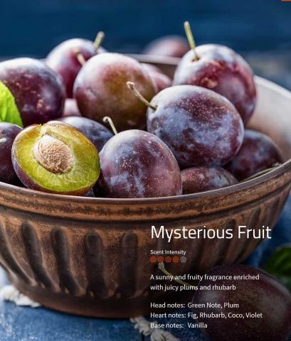 Mysterious Fruit **** Ein sonnig-fruchtiger Duft, verstärkt durch saftige Pflaumen und Rhabarber.